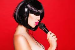 Kobieta słucha muzyka dalej z mikrofonem Zdjęcia Royalty Free