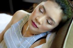 Kobieta słucha podcast Obrazy Royalty Free