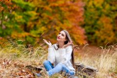 kobieta sadzająca na ziemi z rękami otwiera Fotografia Stock