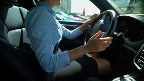 Kobieta samochodu napędowy plecy w miejsce parkingowe, odwrotna przekładnia, baczny kierowcy zbliżenie zdjęcie wideo