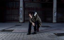 Kobieta samotnie na ulicznej cierpienie depresji patrzeje smutny bezradny i desperackiego Zdjęcia Stock