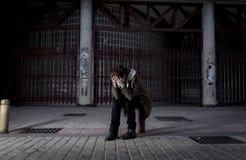 Kobieta samotnie na ulicznej cierpienie depresji patrzeje smutny bezradny i desperackiego Obrazy Stock