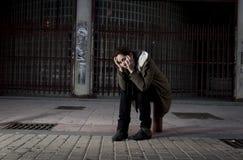 Kobieta samotnie na ulicznej cierpienie depresji patrzeje smutny bezradny i desperackiego Obraz Royalty Free