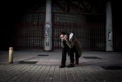 Kobieta samotnie na ulicznej cierpienie depresji patrzeje smutny bezradny i desperackiego Fotografia Stock