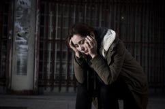 Kobieta samotnie na ulicznej cierpienie depresji patrzeje smutny bezradny i desperackiego Obrazy Royalty Free