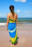 Kobieta sarongów brazylijska chorągwiana plaża zdjęcia royalty free