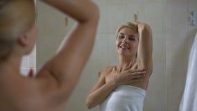 Kobieta satysfakcjonował z miękką skórą pacha, wysokiej jakości antiperspirant, ciało opieka zbiory wideo