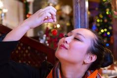 Kobieta savouring wiśni Obraz Royalty Free