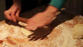 Kobieta Sculpts kluchy kuchnię w domu zdjęcie wideo