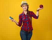 Kobieta seansu korzyści zdrowy jedzenie w przeciwieństwie do medycyną fotografia stock