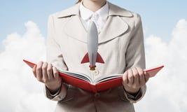 Kobieta seansu rakiety statek na otwartej książce fotografia royalty free