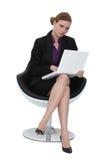 Kobieta siedząca w projektanta krześle zdjęcie royalty free