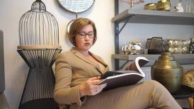 Kobieta siedzący czytelniczy magazyn zbiory