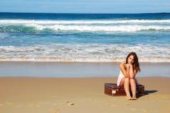 kobieta siedząca walizki Zdjęcie Stock