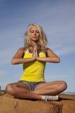 Kobieta siedzi medytaci kolor żółty wierzchołka modlitwę Zdjęcia Stock