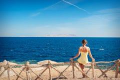 Kobieta siedzi patrzejący morze Zdjęcie Royalty Free
