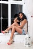 Kobieta siedzi przy okno obrazy stock