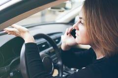 Kobieta siedzi wśrodku łamanego samochodu i dzwoni obok telefon wrecker Zdjęcie Stock