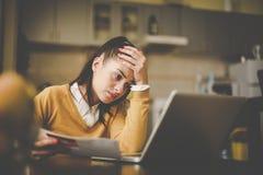 Kobieta siedzi w domu i używa laptop obrazy royalty free