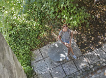 Kobieta siedzi w podwórzu Krwawiłem kasztel, Slovenia Zdjęcia Royalty Free
