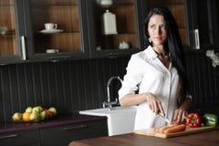Kobieta sieka świeżych vegetbles Zdjęcia Royalty Free