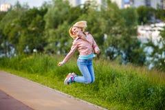Kobieta skacze i smilling Zdjęcie Royalty Free