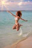 Kobieta skacze na dennym wybrzeżu, Maldives Zdjęcia Stock