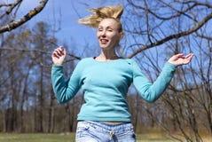 Kobieta skacze w wczesnym wiosny drewnie Zdjęcia Royalty Free