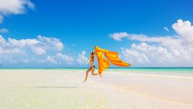 Kobieta skokowy bieg na plaży na niebieskim niebie chmurnieje tło Zdjęcie Royalty Free