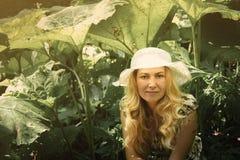 Kobieta smilling wewnątrz stronę las w pięknym słońca świetle Su Obrazy Royalty Free