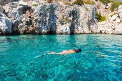 Kobieta snorkeling w Agistri wyspie, Grecja Zdjęcie Royalty Free