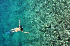 Kobieta snorkeling w krysztale - jasna tropikalna woda Obrazy Stock