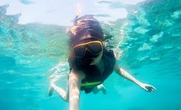 Kobieta snorkeling w morzu Zdjęcie Royalty Free