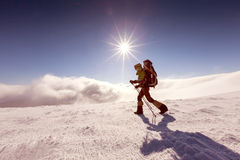 Kobieta snowshoeing w zim górach Zdjęcie Stock