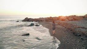 Kobieta spacer przy plażą zbiory wideo