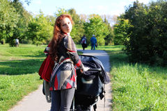 Kobieta spaceru spacerowicza lato Zdjęcia Stock