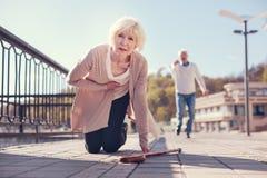 Kobieta spada na kolanach podczas gdy cierpiący od ataka serca Fotografia Royalty Free