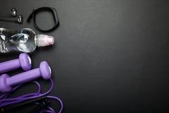 Kobieta sportów akcesoria Aktywny styl życia pojęcie ciało opieka Opr??nia przestrze? dla teksta fotografia royalty free