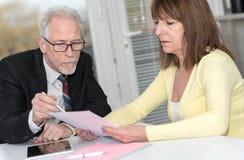Kobieta spotyka konsultanta dla rada Obrazy Stock