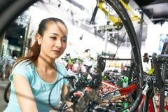 Kobieta sprawdza bicykli/lów następy fotografia royalty free