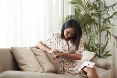 Kobieta sprawdza czas zdjęcie royalty free