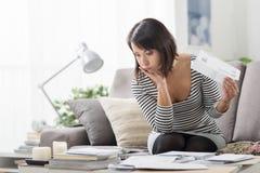 Kobieta sprawdza drogich rachunki zdjęcie royalty free