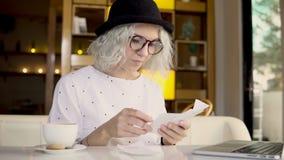 Kobieta sprawdza jej koszty zbiory wideo
