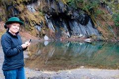 Kobieta sprawdzać kompas halnym basenem Fotografia Royalty Free