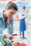 Kobieta sprawdza listę zakupów Obraz Royalty Free