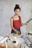 Kobieta sprawdza online rozkaz zdjęcia stock