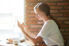 Kobieta sprawdza smartphone zdjęcia stock