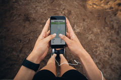 Kobieta sprawdza streszczenie ona biega na smartphone Obraz Royalty Free