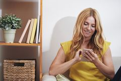 Kobieta sprawdza telefon fotografia royalty free