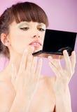Kobieta sprawdza twarzy skórę w lustrze obraz royalty free